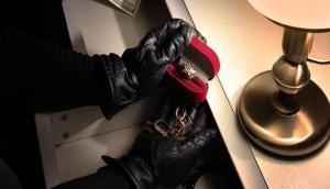 Boy Friend को पायलट बनाने के लिए हद से गुजरी लड़की, अपने ही घर में की 1 करोड़ की चोरी