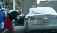 जब इलेक्ट्रिक कार में पेट्रोल भरने लगी ये महिला, देखकर लोगों की नहीं रुकी हंसी