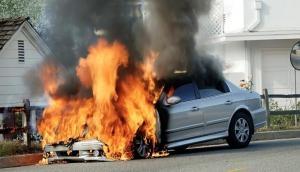 आग के गोले में बदल गई सड़क पर दौड़ती कार, जिंदा जल गया इंजीनियर