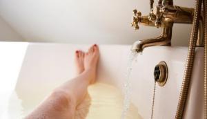 बाथरूम में नहाते वक्त पति ने पत्नी के साथ किया ये काम, जानकर दंग रह जाएंगे आप