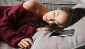 फोन को सिरहाने रखकर सोने वाले हो जाएं सावधान, मंडरा रहा है इस गंभीर बीमारी का खतरा
