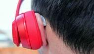 ईयरफोन लगाकर फोन पर बात कर रहा था युवक, हुआ शॉर्ट सर्किट, फिर...