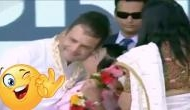 Video: इस महिला ने मंच पर खुलेआम ले ली राहुल गांधी की पप्पी, शर्म के मारे हो गए लाल