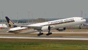मुंबई से सिंगापुर जा रहे विमान में बम की खबर मिलने का बाद F-16 की निगरानी में सुरक्षित लैंडिंग