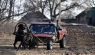 गजब का कारनामा! Audi 80 से किसान ने बनाया घोड़ा गाड़ी, गानों पर झूम-झूमकर खेतों में करता है काम