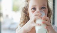 इन चीजों के साथ दूध पीना हो सकता है जानलेवा, सेहत के लिए बन सकता है जहर, ये है वजह