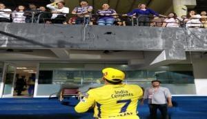 IPL 2019: KKR की हार के बाद हुआ कुछ ऐसा, धोनी को देखते ही शाहरूख ने पकड़ लिया सिर