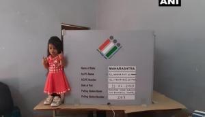 दुनिया की सबसे छोटी महिला ने मेज पर चढ़कर डाला वोट, लंबाई देख पोलिंग अधिकारी भी रह गए हैरान