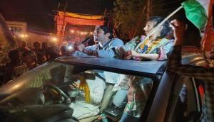 पिता राज बब्बर के लिए चुनाव प्रचार कर रहे प्रतीक, हाथ जोड़कर यों मांग रहे वोट