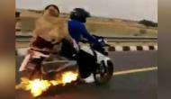 चलती बाइक में लग गई आग, 4 किलोमीटर तक नहीं चला दंपति को पता और फिर...