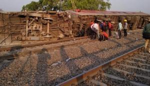 Delhi-Howrah Express derails near Kanpur, 13 injured