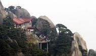 पहाड़ की चोटी पर बना है ये शानदार होटल, 60 हजार सीढ़ियां चढ़कर पहुंचते हैं मेहमान