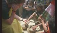 सांप के साथ खेलने पर फंसीं प्रियंका गांधी, PETA करेगा चुनाव आयोग में शिकायत