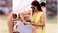 जानिए पीली साड़ी वाली खूबसूरत पोलिंग अफसर जब डालने पहुंचीं वोट तो मतदान कर्मियों ने क्या किया?
