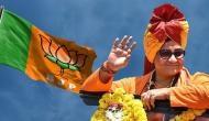 गोडसे को देशभक्त कहने पर अपनी ही पार्टी के निशाने पर आईं साध्वी प्रज्ञा, BJP बोली- तत्काल मांगें माफी