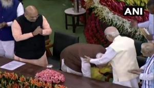 नरेंद्र मोदी चुने गए NDA संसदीय दल के नेता, आडवाणी-जोशी का पैर छूकर लिया आशीर्वाद