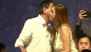 जापान की खूबसूरत लड़कियों को देख बेकाबू हुए इस देश के राष्ट्रपति, पांच को कर लिया Kiss, इसके बाद..