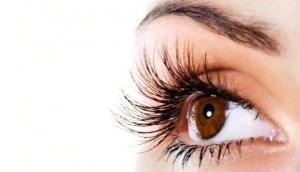 आपकी आंखों में भी होती है ये दिक्कत तो जल्द करा लें इलाज, वरना हो जाएंगे पागलपन का शिकार