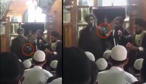 Video: ईद के दिन कश्मीर के मस्जिद में खुलेआम हथियार लहराते रहे आतंकी, पाकिस्तान को बताया भाई