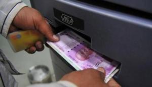 रेलवे स्टेशन पर अचानक ATM से निकलने लगे नोट, हैरान हो गए लोग, देखिए क्या हुआ आगे
