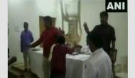 Video: बहुजन समाज पार्टी की चल रही थी मीटिंग, कार्यकर्ताओं ने पदाधिकारियों पर जमकर भांजी कुर्सियां