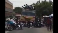 Video: आम के गुच्छे की तरह बस की छत से औंधे मुह गिरे छात्र, देखने वालों की अटक गई सांसें