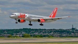 उड़ते विमान में महिला यात्री ने क्रू मेंबर पर कर दिया हमला, जानिए फिर हुआ क्या
