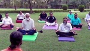 इस मुस्लिम शिक्षक ने समाज की बेड़ियां तोड़कर किया योग का प्रचार तो उनके समुदाय ने..