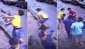 Video: फरिश्ता बनकर सामने आया युवक, बिल्डिंग से गिर रही बच्ची को किया कैच, देखकर दंग रह गए लोग
