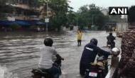 Video: लगातार बारिश से मुंबई बनी नर्क, पानी में डूबे रेलवे ट्रैक, लोगों का जीना हुआ मुश्किल