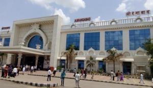 Maharashtra: Unidentified man erase 'Aurangabad', rewrite 'Sambhaji Nagar' at railway station