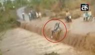 बाइक समेत बाढ़ में बह गया युवक, फिर मौत से बचकर जिंदा आया वापस, देखिए खौफनाक Video