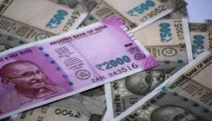 Video: कोलकाता में अचानक होने लगी 2000 के नोटों की बारिश, फटी रह गई लोगों की आंखें
