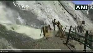 Video: अमरनाथ यात्रियों को जान पर खेलकर रास्ता पार करा रहे सेना के जवान, देखकर आप भी करेंगे सलाम