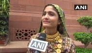 Video: PM मोदी के लिए अनोखा प्यार, मिलकर इतनी खुश हुईं लोक गायिका कि संसद परिसर में...
