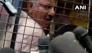 कर्नाटक: बागी विधायकों से मिलने को अड़े कांग्रेस नेता डीके शिवकुमार को पुलिस ने हिरासत में लिया