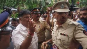 बागी विधायकों से मिलने पहुंचे डीके शिवकुमार को पुलिस ने होटल में घुसने से रोका