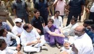 सोनभद्र हिंसा: पीड़ितों से मिलने जा रही प्रियंका गांधी को यूपी पुलिस ने हिरासत में लिया