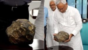 Video: बिहार में आसमान से गिरा अजूबा पत्थर, करता है ऐसा चमत्कार, CM नीतीश कुमार हैरान