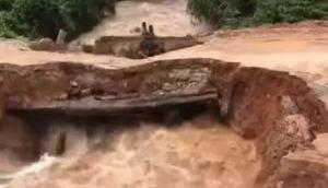 Video: उफनती नदी से पार होना चाहते थे दो बाइक सवार सैनिक, फिर जो हुआ वह देखकर खौफ में आ जाएंगे आप