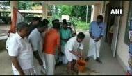 दलित विधायक ने दिया था धरना, कांग्रेस कार्यकर्ताओं ने गाय के गोबर से किया 'शुद्धिकरण'