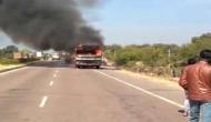 डिवाइडर से टकराई बस में लगी आग, कई लोगों की झुलसकर हुई मौत