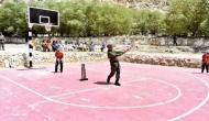 धोनी ने लेह में बच्चों के साथ खेला क्रिकेट