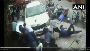 Video: शराबी ने फुटपाथ पर चल रहे लोगों को गाड़ी से कुचला, देखकर खड़े हो जाएंगे रोंगटे