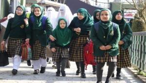 कश्मीर में पटती पर लौटने लगी जिंदगी, प्राइमरी स्कूल, सरकारी दफ्तर और टेलिफोन एक्सचेंज भी खुले