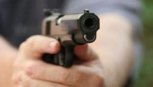 पत्नी को पीट रहा था पति, बीजेपी नेता ने की बचाने की कोशिश तो मार दी कनपटी पर गोली