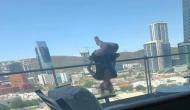80 फीट रेलिंग पर लटककर महिला कर रही थी योग, तभी फिसल गया पैर और फिर...