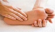 बार-बार हाथ पैर होते हैं सुन्न तो हो जाएं सावधान, कहीं इन गंभीर समस्या से तो नहीं है पीड़ित