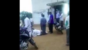Video: अपनी ही जमीन के लिए अधिकारी के पैर पकड़कर गिड़गिड़ाते रहे किसान, लेकिन..