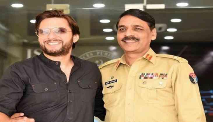 A hug that lead Pakistan twitterati to wonder if Shahid Afridi is the next PM